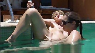 Cam au bord de la piscine en trio lesbien avec francaises